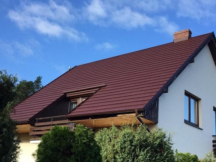Budowa podbitek dachowych podczas remontu dachu Szczecin